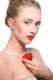 Dziewczyna z czerwonymi wargami i truskawkami na białym tle fotografia stock