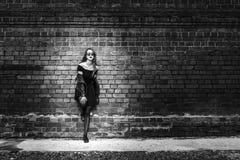 Dziewczyna z długie włosy blisko starego ściana z cegieł Obraz Royalty Free