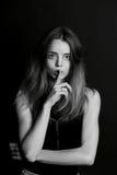 Dziewczyna z długie włosy chwytami dotyka blisko warg gest cisza, sekretność, sekret zdjęcie stock