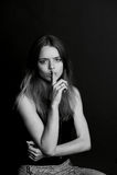 Dziewczyna z długie włosy chwytami dotyka blisko warg gest cisza, sekretność, sekret obrazy royalty free