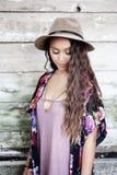 Dziewczyna z długie włosy drewnianą ścianą Obrazy Royalty Free