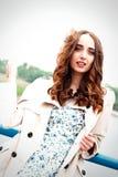 Dziewczyna z długie włosy i kędziory w pozyci na su sukni i żakieta Obraz Royalty Free