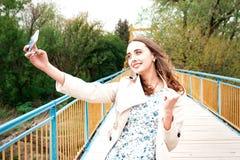 Dziewczyna z długie włosy i kędziory w pozyci na su sukni i żakieta Zdjęcie Royalty Free