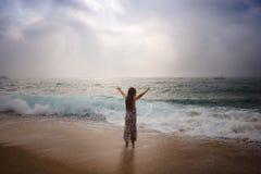 Dziewczyna z długie włosy pozycją morzem obraz royalty free