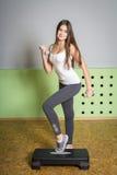 Dziewczyna z długie włosy robić ćwiczy z dumbbells Obrazy Royalty Free