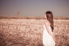 Dziewczyna z długie włosy w białej sukni obrazy royalty free