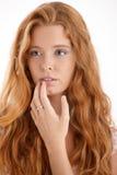 Dziewczyna z długim czerwonym kędzierzawym włosy Obrazy Royalty Free