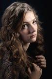 Dziewczyna z długim kędzierzawym włosy. Obraz Stock