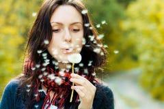 Dziewczyna z dandelion fotografia stock