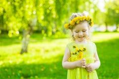 Dziewczyna z dandelions w lato parku zdjęcia royalty free