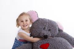 Dziewczyna z dużą miękkiej części zabawki myszą Zdjęcia Royalty Free