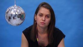 Dziewczyna z dyskoteki piłką na błękitnym tle zbiory wideo