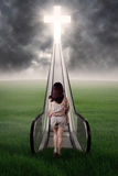 Dziewczyna z enlightenment drzwi i ścieżką zdjęcia stock