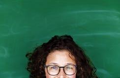 Dziewczyna z eyeglasses i blackboard zdjęcie royalty free