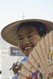 Dziewczyna z fan Birmański dziewczyny ono uśmiecha się Obraz Royalty Free