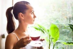 Dziewczyna z filiżanką herbata Zdjęcia Stock