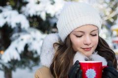 Dziewczyna z filiżanką w parku w zimie Obrazy Royalty Free