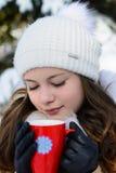 Dziewczyna z filiżanką w parku w zimie Zdjęcia Stock
