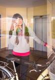 Dziewczyna z fixie rowerem opuszcza sala za szkłem zdjęcie stock