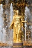 Dziewczyna z fontanną przyjaźń Obrazy Royalty Free