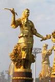 Dziewczyna z fontanną przyjaźń Obraz Stock