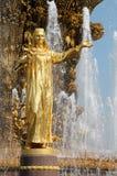 Dziewczyna z fontanną przyjaźń Obraz Royalty Free