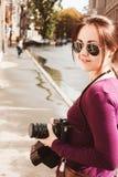 Dziewczyna z fotografii kamerą Obraz Stock