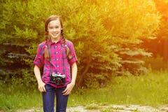 Dziewczyna z fotografii kamerą Fotografia Royalty Free