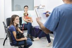 Dziewczyna Z Francuskim buldogiem Patrzeje pielęgniarki plombowania formę obrazy royalty free