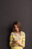 Dziewczyna z gadżetem Fotografia Royalty Free