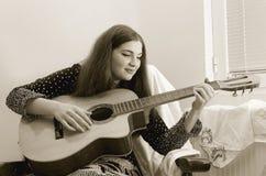 Dziewczyna z gitarą Zdjęcie Royalty Free