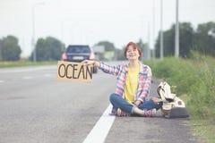 dziewczyna z gitara autostopem Zdjęcia Stock