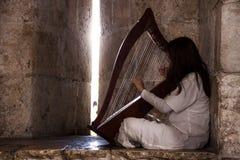 Dziewczyna z harfą Zdjęcia Royalty Free