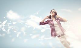 Dziewczyna z hełmofonami Obraz Royalty Free