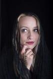 Dziewczyna z henną na jej ręce zakrywa jeden oko Obraz Stock