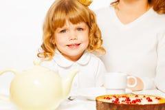 Dziewczyna z herbaty i torta portretem Zdjęcia Royalty Free
