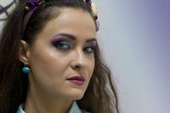 Dziewczyna z jaskrawym akwareli makeup i wianek na jej głowie Obraz Stock