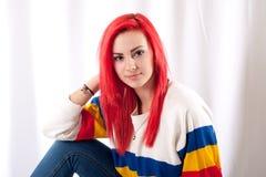 Dziewczyna z jaskrawym czerwonym włosy zdjęcia stock