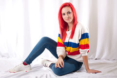Dziewczyna z jaskrawym czerwonym włosy zdjęcie royalty free