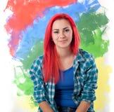 Dziewczyna z jaskrawym czerwonym włosy na kolorowym tle zdjęcie royalty free
