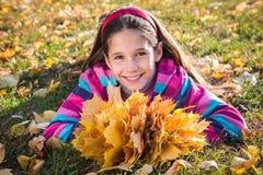 Dziewczyna z jesień liśćmi Fotografia Stock