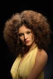 Dziewczyna z kędzierzawą fryzurą, nowożytnym makijażem i carnivore spojrzeniem, zdjęcie royalty free