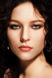 Dziewczyna z kędzierzawą fryzurą, nowożytnym makijażem i carnivore spojrzeniem, obrazy royalty free