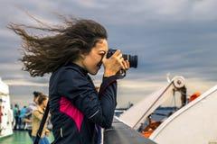 Dziewczyna z kędzierzawym włosy bierze obrazek Obraz Stock