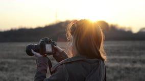 Dziewczyna z kamera wschodem słońca zbiory