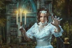 Dziewczyna z kandelabry w ręce przeraża obrazy royalty free