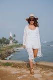 Dziewczyna z kapeluszem na tle ocean Obraz Royalty Free