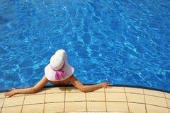 Dziewczyna z kapeluszem w wodnym basenie Zdjęcie Stock
