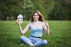 Dziewczyna z kartonową postacią dom Zdjęcie Stock