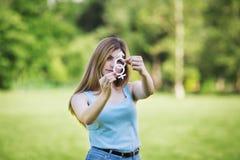 Dziewczyna z kartonowymi symbolami żeński i męski outside Fotografia Stock